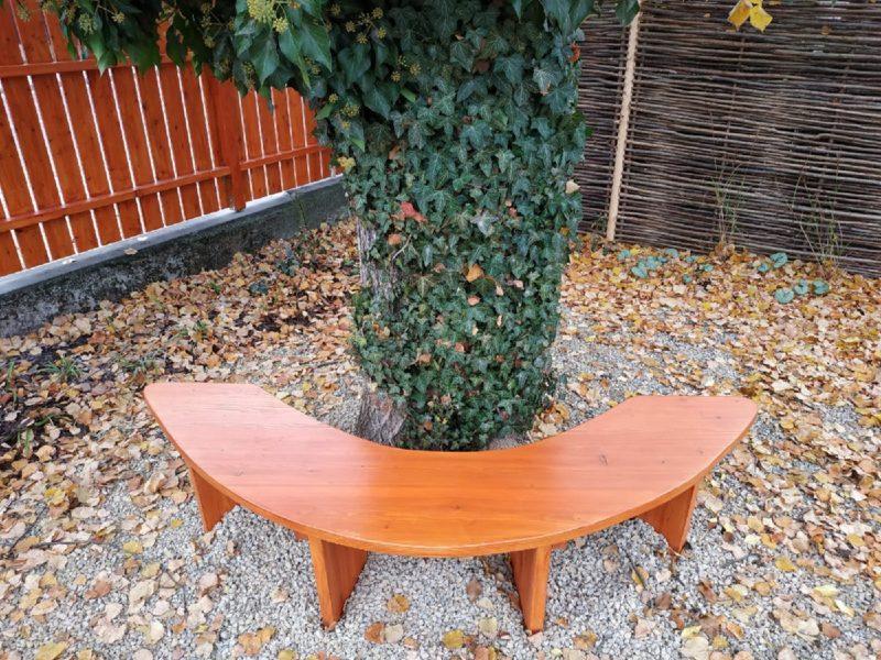 masivní modřínová lavice půlkruh kolem stromu venkovní dřevěná lavice lavice do parku lavice kolem stromu posezení pod stromem parková lavička mobiliář městský m,obiliář parkový mobiliář
